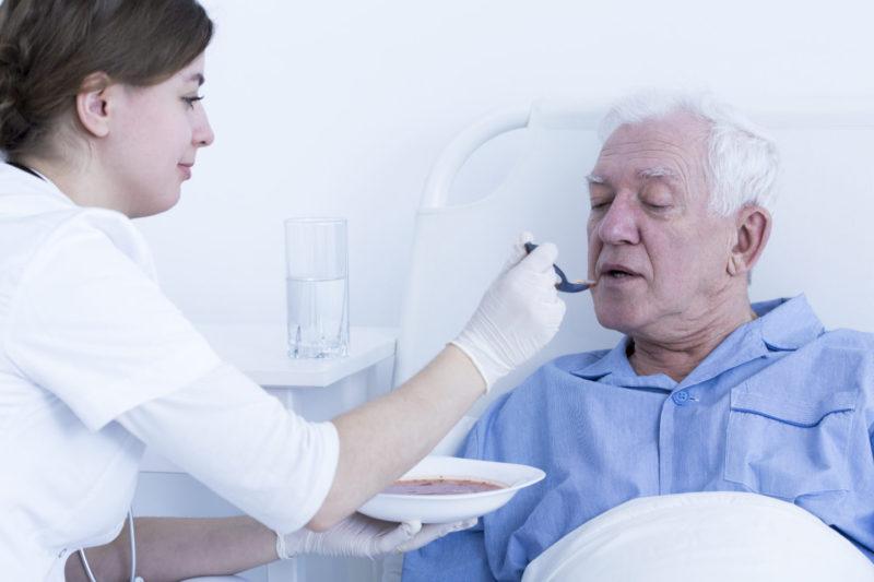 помощь в кормлении больного
