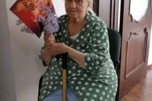 бабушка с флагом