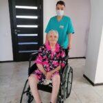 пожилая в кресле коляске